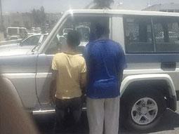 القبض شخصين قاما بتهشيم سيارة