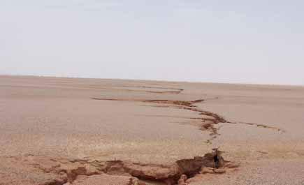 تصدعات أرضية خطرة في وادي الدواسر.. مرفق صور Ln55_1