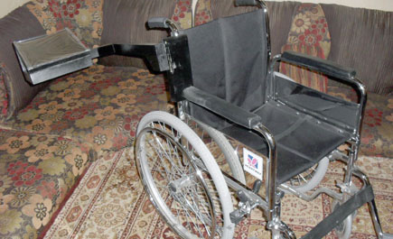 طالبة بعنيزة تطور كرسيا متحركا