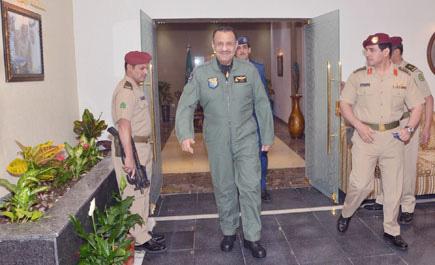 سمو نائب وزير الدفاع يزور قاعدة الملك فهد الجوية بالقطاع الغربي
