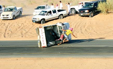 بالصور نجاة مفحطين انقلبت سيارتهم