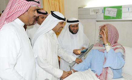 محافظ عنيزة يعايد المرضى المنومين ln_157_1.jpg