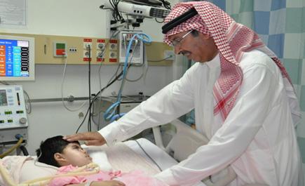 مدير بيشة يعايد مرضى مستشفى ln_43_1.jpg
