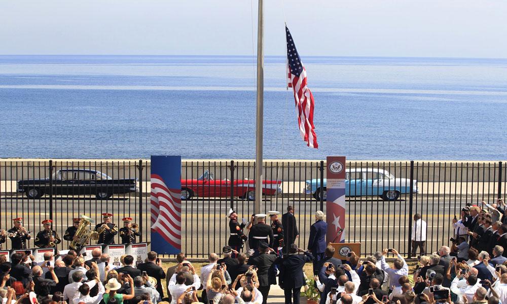 علم أمريكا يرفرف على سفارتها في كوبا بعد 54 عاماً