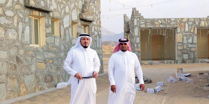محافظ بارق يتفقد مشاريع القرية التراثية والممشى والمطل